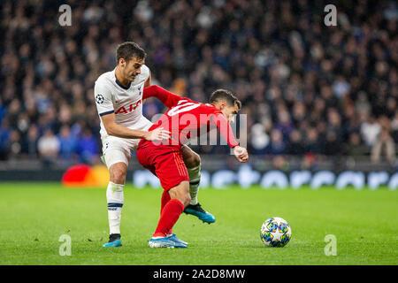 Philippe Coutinho de Bayern Munich (à droite) et des clins d'Harry de Tottenham Hotspur lors d'un match de la Ligue des Champions, le 1er octobre 2019. Banque D'Images