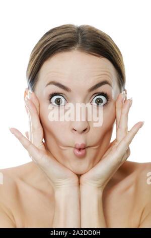 Jolie femme berçant sa tête dans ses mains et en tirant un visage