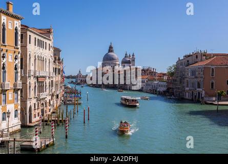 Vue sur le célèbre Canal Grande avec la basilique Santa Maria della Salute, Venise, Italie. Vue depuis le pont du Rialto