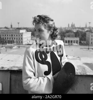 Steht Eine Frau mit un Brüstung à München, Deutschland 1930er Jahre. Une femme s'appuyant sur une balustrade à Munich, Allemagne 1930.
