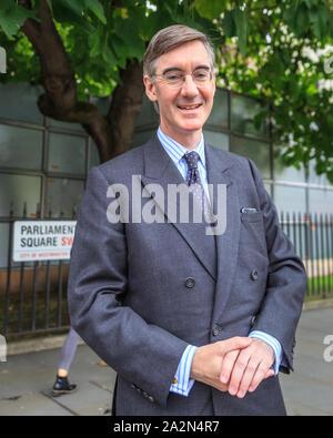 Westminster, London, UK, 06th Oct 2019. Jacob Rees-Mogg, chef de la Chambre des communes, le député conservateur, parle à un passant près de la Maison du Parlement à Londres. Credit: Imageplotter/Alamy Live News Banque D'Images