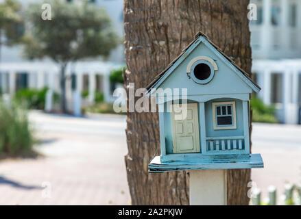 Une maison d'oiseau conçu pour ressembler à une petite maison, en Floride