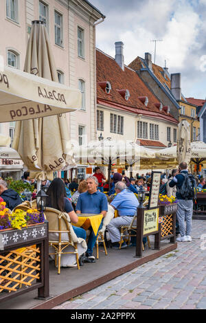 Une place de la ville et des restaurants en plein air dans la vieille ville de Tallinn, Estonie. Banque D'Images