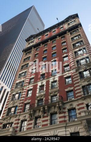 L'architecture contrastée près de Times Square, New York, USA Banque D'Images