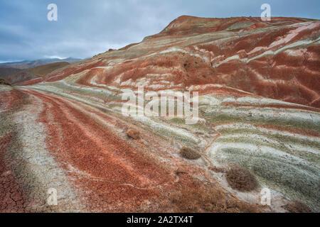 Vue de dessus de la magnifique montagne Khizi rayée rouge en, en Azerbaïdjan. Banque D'Images