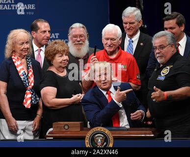 Les Villages, United States. 06Th Oct, 2019. Le Président américain Donald Trump blagues avec un supporter après la signature d'un décret concernant l'assurance-maladie à la Sharon L. Morse Performing Arts Centre le 3 octobre 2019 dans les villages, en Floride. Crédit: Paul Hennessy/Alamy Live News Banque D'Images