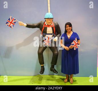 Londres, Royaume-Uni. , . Gâteau Rosie Diva, un ancien pilote d'hélicoptère de l'Armée de Rosie est un artiste et animateur, gâteau Gâteau de loisirs de Boris Johnson s'enliser dans un zip sur le fil dans le parc Victoria, tout en célébrant l'équipe Go première médaille d'or olympique en août 2012, est l'attraction principale de cette années montrent à Londres Excel à partir de 04 à 06.Octobre Paul Quezada-Neiman/Alamy Live News Crédit: Paul/Quezada-Neiman Alamy Live News Banque D'Images