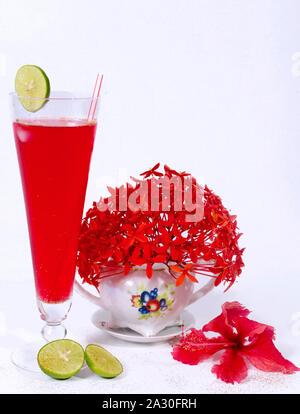 Cocktail rafraîchissant de citrons et de fleurs, idéal pour les après-midis d'été Banque D'Images