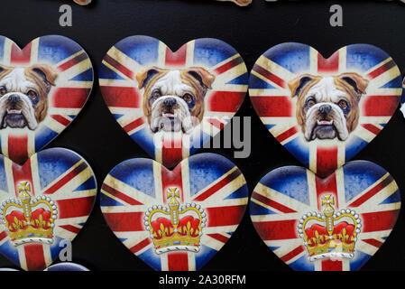 La Couronne britannique, British Bulldog ou British Bulldogs sur Heart-Shaped drapeau britannique Union Jack ou aimants de réfrigérateur de souvenirs London UK Banque D'Images