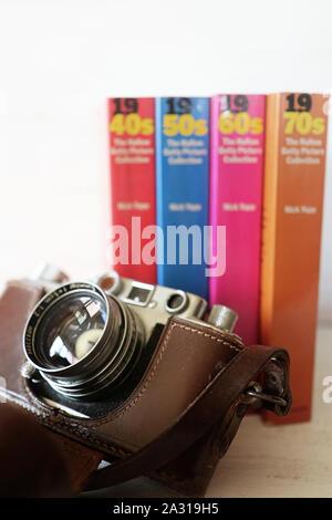 GARCHING, ALLEMAGNE - 28 septembre 2019 Vintage Leica Camera et livres avec collection de images analogiques de la significative 40s,50s,60s,70 ans, de sorte
