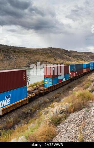 Le train de conteneurs sur des chemins de fer nationaux du Canada en Colombie-Britannique Canada vu de la Rocky Mountaineer train touristique
