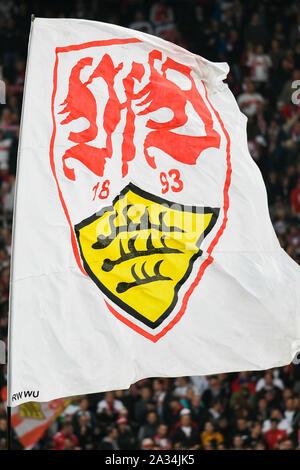Stuttgart, Allemagne. 08Th Oct, 2019. Soccer: 2e, 9e journée de Bundesliga, le VfB Stuttgart --SV Wiesbaden, Mercedes - Benz Arena. Le drapeau du VfB Stuttgart est agité dans le bloc ventilateur. Crédit: Tom Weller/DPA - NOTE IMPORTANTE: en conformité avec les exigences de la DFL Deutsche Fußball Liga ou la DFB Deutscher Fußball-Bund, il est interdit d'utiliser ou avoir utilisé des photographies prises dans le stade et/ou la correspondance dans la séquence sous forme d'images et/ou vidéo-comme des séquences de photos./dpa/Alamy Live News Banque D'Images