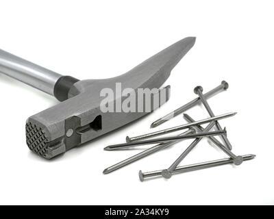 Close up of roofing hammer avec magnet holder et des ongles sur fond blanc Banque D'Images