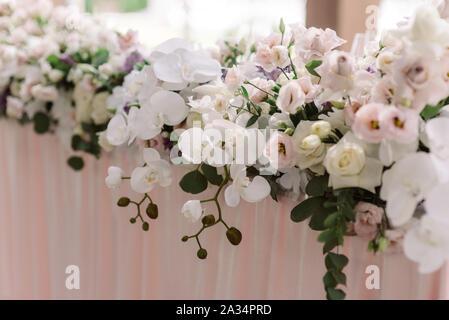 Une longue composition de fleurs de Luxe frais sur la table de mariage de l'époux et épouse. Décoration du mariage avec des fleurs dans des tons fortifiée
