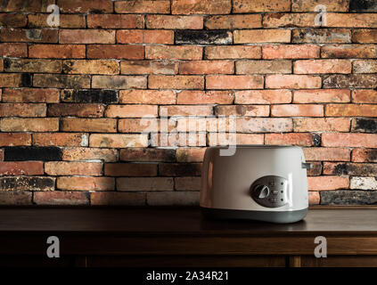 Grille-pain sur armoire en bois dans la cuisine chambre avec mur de brique vintage background Banque D'Images