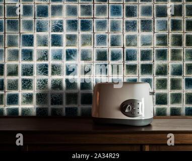 Grille-pain sur armoire en bois dans la cuisine avec carreaux vintage wall background Banque D'Images