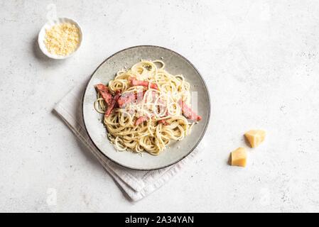 Les pâtes à la Carbonara, spaghetti avec bacon, oeufs durs, fromage parmesan et sauce à la crème. Cuisine italienne Pasta alla carbonara, vue du dessus, copiez l'espace. Banque D'Images