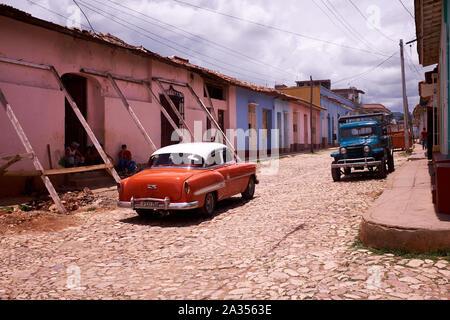 Voiture classique et un vieux camion à Trinidad, Cuba Banque D'Images