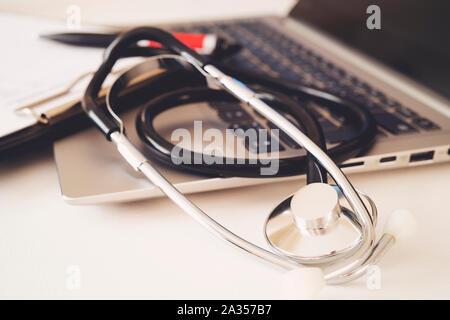 Stéthoscope, prescription fiche médicale allongé sur une table avec l'ordinateur pc. Concept de la médecine ou de la pharmacie. Outils médicaux au médecin la table de travail Banque D'Images