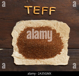 Pile de teff non cuites avec une cuillère de grains close up Banque D'Images