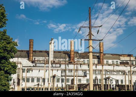 Zone industrielle,l'équipement de raffinage du pétrole, à proximité des pipelines industriels d'une usine de raffinage de pétrole,Détail d'un oléoduc avec soupapes en grand Banque D'Images