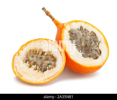 Tranches de fruit de la passion, grenadille path isolated on white Banque D'Images