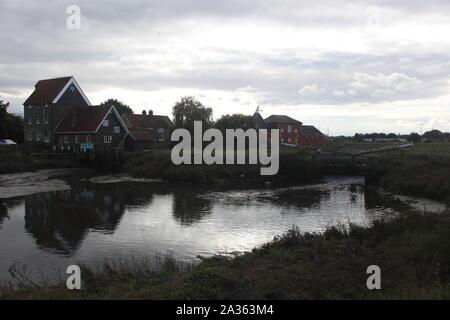 Grand angle de vue au sud de pont pour la rivière à Battlesbridge. Un village historique dans l'Essex, Angleterre. Plusieurs goélands sont perchées sur le raz-de-portes. Banque D'Images