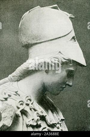 Cette photo remonte à 1897 ou plus tôt et montre la Pallas de Velletri, qui est installé à Munich. Pallas est un autre nom les anciens Grecs utilisaient pour la déesse de la sagesse - Athena. L'Athena Pallas de Velletri Velletri ou est un type de statue en marbre classique d'Athena, le port d'un casque. Ce buste d'Athéna est une copie à partir du iie siècle, probablement après une statue par Kresilas à Athènes. Les yeux incrustés ont été perdus. Il est logé dans la Glyptothèque de Munich, en Allemagne. son buste d'Athéna est une copie à partir du iie siècle, probablement après une statue par Kresilas à Athènes. L'original daté Banque D'Images