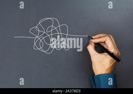 La façon de penser d'affaires succès concept. Homme d'un dessin à la main un livre blanc sur la ligne de la filandre tableau noir.