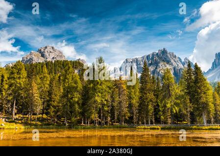 Vue panoramique sur le lac de Antorno dans les montagnes des Dolomites à jour d'automne ensoleillé.