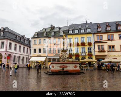 TRIER, ALLEMAGNE - 25 septembre 2012: la Hauptmarkt ou Place du Marché avec Petrusbrunnen, la fontaine du marché de Saint Pierre sur un jour d'automne pluvieux Banque D'Images