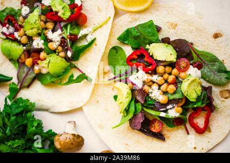 Enveloppements vegan avec salade, pois chiches, les légumes et d'avocat, roulade saine remplie de légumes , plat végétarien Banque D'Images