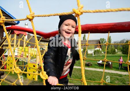 Petite fille jouant à l'aire de jeux. Banque D'Images
