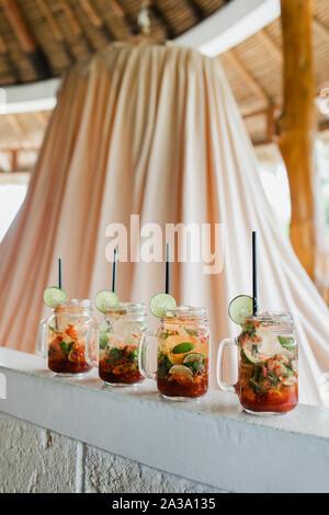 Ensemble de quatre cocktails mojito. Tranche de lime, bouteille de verre, la paille noire. Boisson froide en été, vacances concept.