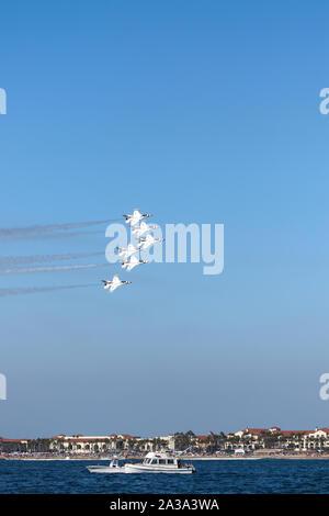 """U.S. Air Force Thunderbirds de l'Escadron de démonstration aérienne """"exécution"""" au grand meeting aérien du Pacifique Huntington Beach Californie USA le plus grand show aérien."""