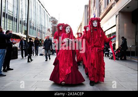 Londres, Royaume-Uni. 6e octobre 2019. Rébellion Extinction promenade le long d'Oxford Street au début de deux semaines de protestation dans laquelle ils envisagent de bloquer chaque route unique au centre de Londres. D'autres protestations sont attendus dans près de 60 villes à travers le monde. Crédit: Stuart Boulton/Alamy