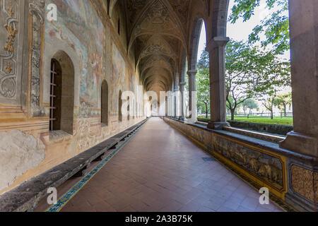 Murs décorés dans le couloir du cloître des Clarisses du Monastère de Santa Chiara, à Naples, Campanie, Italie. Banque D'Images