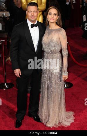 """Hollywood, Los Angeles, États-Unis. 28 août, 2014. (Dossier) parle d'Angelina Jolie Brad Pitt divorce: 'J'ai ressenti une tristesse profonde et véritable"""". HOLLYWOOD, LOS ANGELES, CALIFORNIE, USA - 02 mars: Les acteurs Brad Pitt (porter Tom Ford et ses propres bijoux) et Angelina Jolie Pitt (portant une robe Elie Saab, chaussures Ferragamo et d'embrayage, et Robert Procop Bijoux) arriver à la 86e annuelle des Academy Awards tenue à l'Dolby Theatre Le 2 mars 2014 à Hollywood, Los Angeles, Californie, États-Unis. (Photo par Xavier Collin/Image Crédit: Agence de Presse) L'agence de presse Image/Alamy Live News Banque D'Images"""