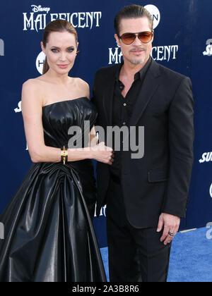 """Hollywood, Los Angeles, États-Unis. 28 août, 2014. (Dossier) parle d'Angelina Jolie Brad Pitt divorce: 'J'ai ressenti une tristesse profonde et véritable"""". HOLLYWOOD, LOS ANGELES, CALIFORNIE, USA - 28 mai: Les acteurs Angelina Jolie Pitt (port Atelier Versace) et Brad Pitt (porter) Gucci arrivent à la première mondiale du Disney's 'Maleficent' tenue à l'El Capitan Theatre le 28 mai 2014 à Hollywood, Los Angeles, Californie, États-Unis. (Photo par Xavier Collin/Image Crédit: Agence de Presse) L'agence de presse Image/Alamy Live News Banque D'Images"""