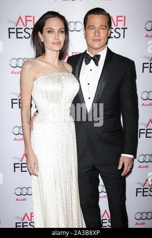 """Hollywood, Los Angeles, États-Unis. 05Th Nov, 2015. (Dossier) parle d'Angelina Jolie Brad Pitt divorce: 'J'ai ressenti une tristesse profonde et véritable"""". HOLLYWOOD, LOS ANGELES, CALIFORNIE, USA - 05 novembre: Les acteurs Angelina Jolie Pitt (portant un Atelier Versace robe et bijoux Procop) et Brad Pitt (porter Lanvin) arrivent à la soirée d'ouverture du gala d'avant Universal Pictures' 'par la mer"""" pendant le Festival de 2015 présenté par Audi tenue à l'IMAX Théâtre chinois de Grauman, le 5 novembre 2015 à Hollywood, Los Angeles, Californie, États-Unis. ( Photo: Agence de Presse Image/Alamy Live News Banque D'Images"""