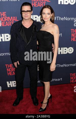 """(Dossier) parle d'Angelina Jolie Brad Pitt divorce: 'J'ai ressenti une tristesse profonde et véritable"""". MANHATTAN, NEW YORK CITY, NEW YORK, USA - 12 mai: Les acteurs Brad Pitt (porter Greg Lauren) et Angelina Jolie Pitt (Port Saint Laurent robe et chaussures) arrivent à la première de New York HBO's 'Cœur Normal' tenu à la Ziegfeld Theatre le 12 mai 2014 à Manhattan, New York City, New York, United States. ( Photo: Agence de Presse Image/Alamy Live News Banque D'Images"""