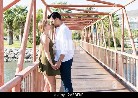 En romantique-amour et happy mixed race couple. Young blonde woman et turc (du Moyen-Orient) l'homme dans l'amour. Les amoureux romantique en vacances. Miel
