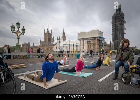 Rébellion d'extinction des séances de yoga le matin sur un territoire occupé le pont de Westminster. Les défenseurs de la commencer deux semaines de nouvelle vague de protestation action causant des perturbations dans les principaux sites à Londres comme Westminster Bridge, pont de Lambeth, Trafalgar Square, le Parlement et Smithfield Market ainsi que plusieurs blocages de routes. La Police métropolitaine ont confirmé plus de 1500 arrestations à ce jour. Londres, Royaume-Uni.