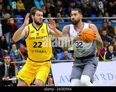 Kiev, UKRAINE - le 26 septembre 2019: Viacheslav Petrov de BC Kyiv Basket (L) et Augusto Lima de San Pablo Burgos en action au cours de leur ligue des Champions FIBA Basket-ball match qualificatifs Banque D'Images