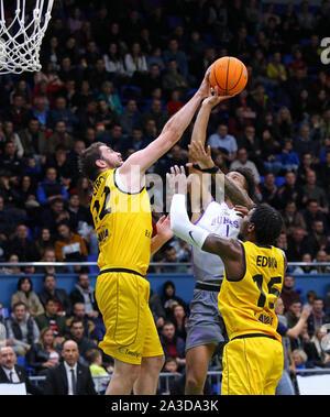 Kiev, UKRAINE - le 26 septembre 2019: Viacheslav Petrov de BC Kyiv Basket (L) rend un bloc tourné à JP Tokoto San Pablo de Burgos en action au cours de leur ligue des Champions FIBA Basket-ball match qualificatifs Banque D'Images
