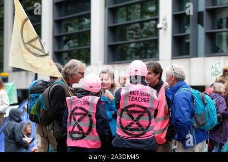 Westminster, London, UK - Lundi 7 octobre 2019 - Rébellion Extinction XR les manifestants y compris les enseignants retraités se réunissent pour discuter de la tactique à Westminster le jour 1 de la XR de protestation. Photo Steven Mai / Alamy Live News