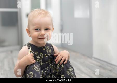Surpris petit bébé sur le plancher à l'intérieur d'accueil