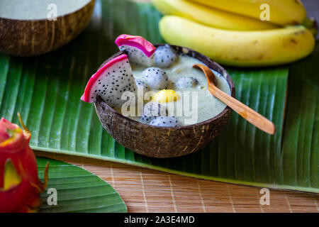 Smoothie aux fruits du dragon dans la noix de coco bowl Banque D'Images