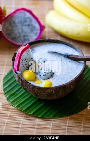 Smoothie aux fruits du dragon dans la noix de coco bowl Banque D'Images