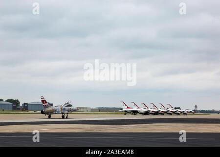 L'US Air Force F100 Super Sabre s'approche de la patrouille acrobatique des Thunderbirds iconiques qui se préparent pour un spectacle aérien au Fort Wayne Air Show.
